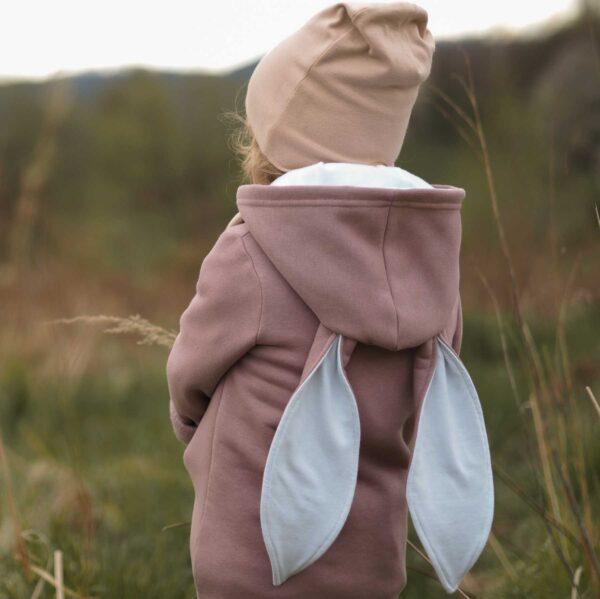Dziewczynka w bluzie z uszami królika.