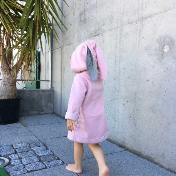 dziewczynka w płaszczyku z uszami królika