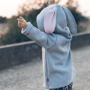Dziewczynka w bluzie z uszami królika