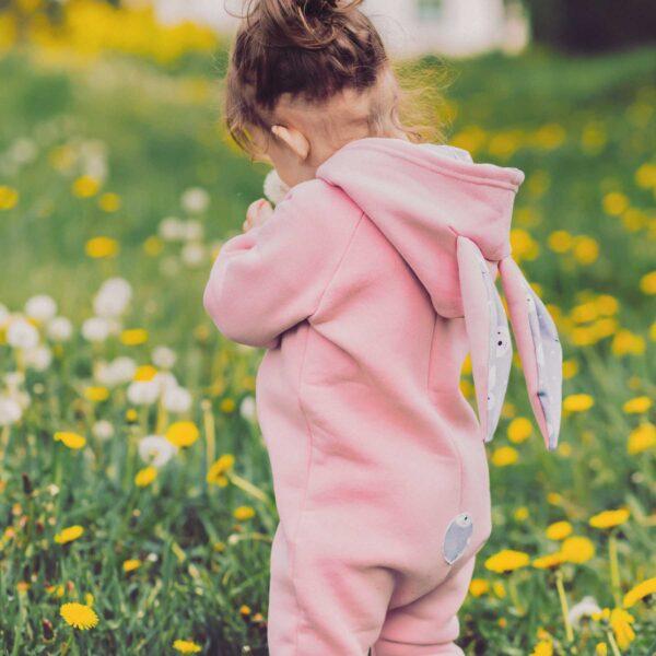 Dziewczynka w rampersie z uszami królika