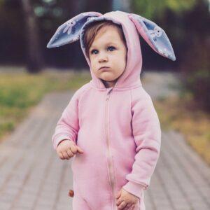 Dziewczynka w rampersie z uszami królika. Rampers z długim zamkiem