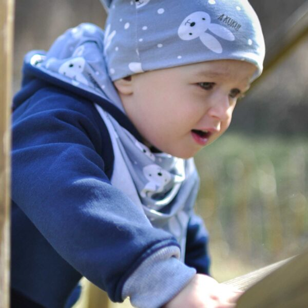 Chłopiec w rampersie z króliczymi uszami. Zapinany na długi zamek.