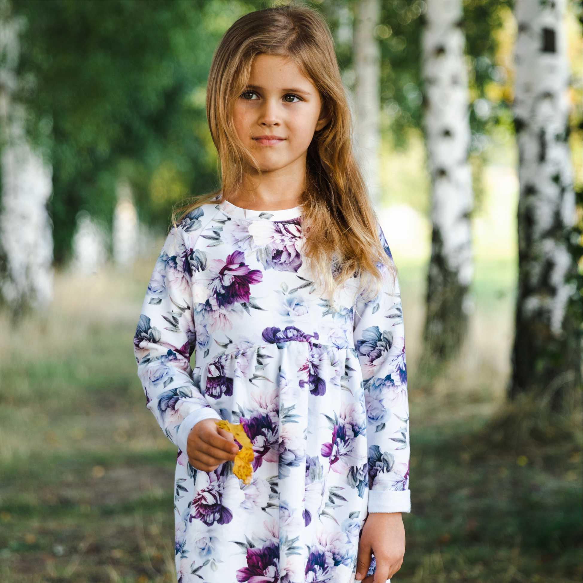 dziewczynka w sukience w kwiaty